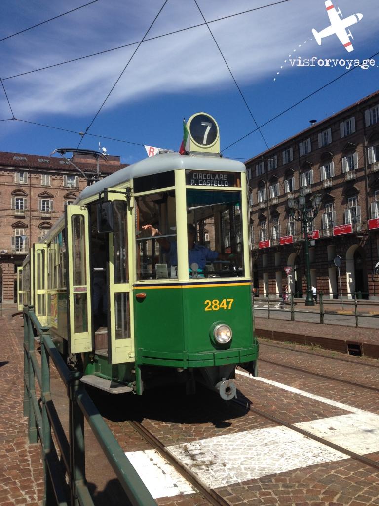 torino-piazza-castello-e-tram